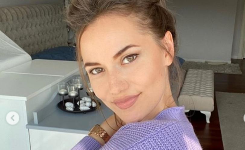 Убавата турска актерка попозната како Неџла позираше со потпораснатото синче (фото)