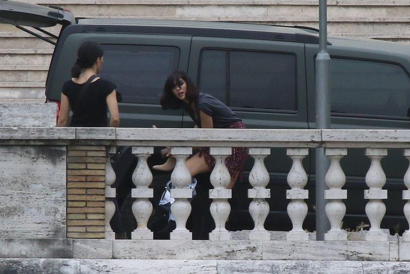 Актерката се пресоблекуваше во автомобил, па и испаднаа голите гради (фото)