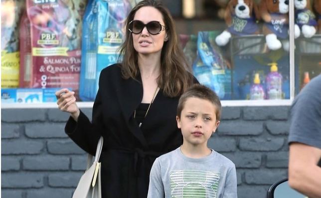 Ќерката на Анџелина Џоли и Бред Пит наполни 14 години и се уште сака да биде машко, а експертите ќе и помогнат во тоа (фото)