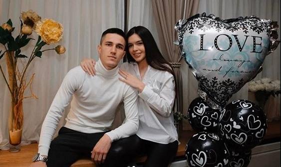 Фудбалерот на Партизан ја изненади својата девојка:  Урошевиќ ја побара Ива за жена,  додека таа ги дуваше свеќите на роденденската торта (ВИДЕО)