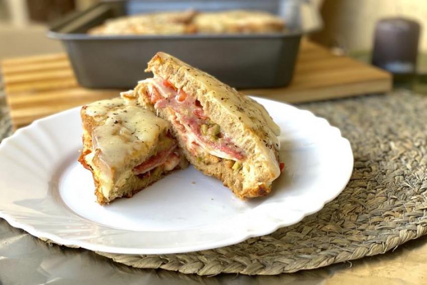Вкусен, крцкав и полн со фил: Ова е најдобриот топол сендвич на сите времиња (видео)