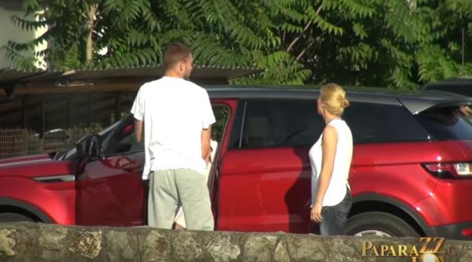 Папараците ја следеа Богдана Ражнатовиќ која дојде кај свекрвата Цеца во Белград – новопечената мама е ултра згодна (видео)