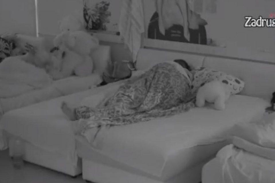 Ни срам, ни перде: Луна и Марко го тресеа креветот пред Анабела и Гаги (видео)