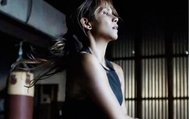 Препотената Хали Бери ја крена маичката по вежбање: Актерката во шестата деценија е гром (видео)
