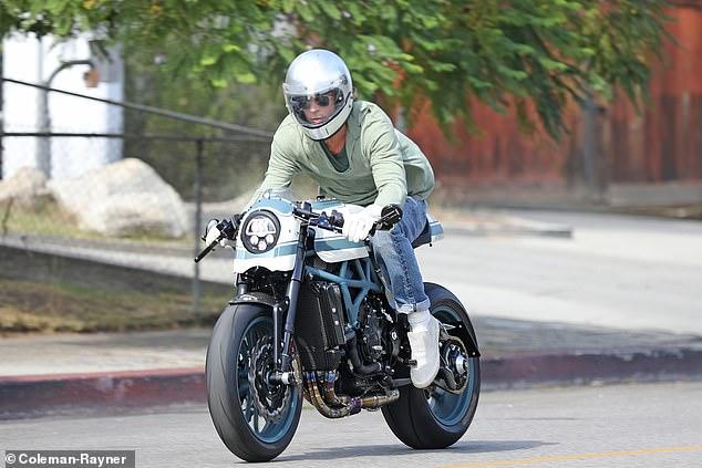 По разводот, Бред Пит првпат фотографиран пред домот на Анџелина Џоли (фото)