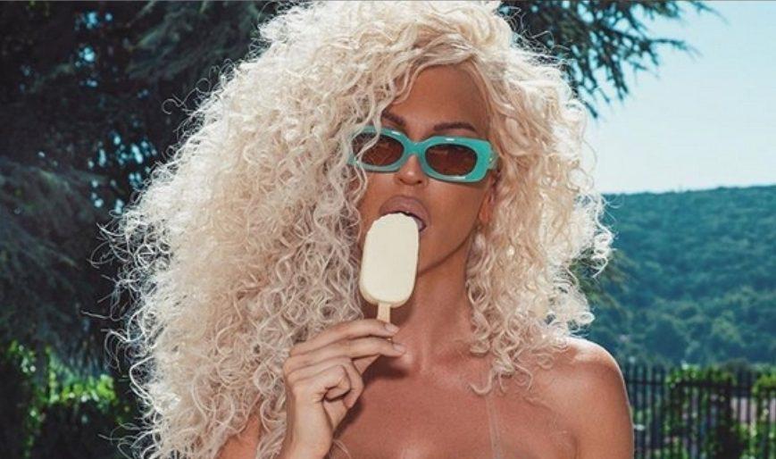 Карлеуша знае како да (ви) освежи душа: Во нејзината уста, сладоледот сам се топи, а од погледот на неа, ќе се стопите и вие (ФОТО)
