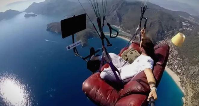 """Едни му викаат дека е """"цар"""", други го нарекоа """"глупак"""": Со параглајдер лета над морето, седнат на кревет! (ВИДЕО)"""