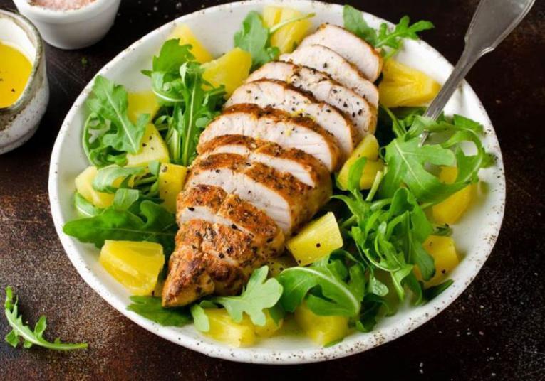 Брзо и вкусно: Тропска салата со пилешко