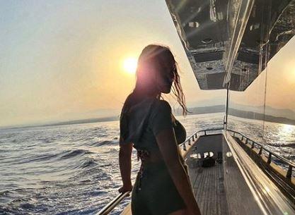 """Александра Пријовиќ во танга бикини го покажа својот """"сочен"""" задник (фото)"""