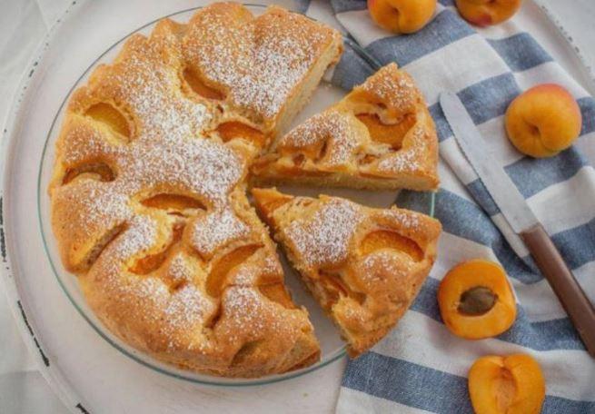 Идеја за летен десерт: Колач со кајсии