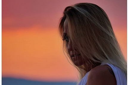 """Утрински """"поглед од милион долари"""" на Наташа Малинкова: Голо тело на пејачката завиткано во чаршафи, можеби по ноќта од """"милион воздишки""""? (ФОТО)"""