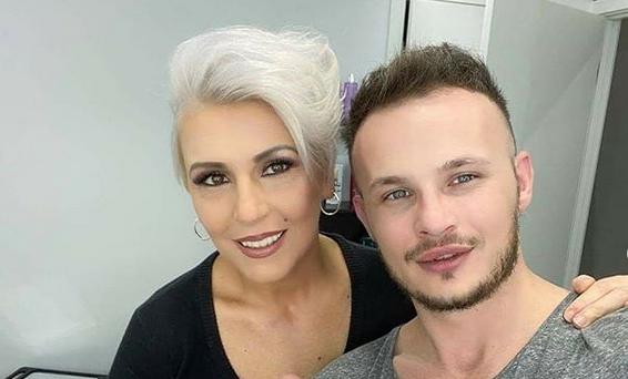 Татјана Лазаревска му честиташе годишнина на својот фризер со песна, а тој и направи иста фризура како на… неговиот партнер! (ФОТО+ВИДЕО)