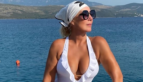 Се потпре да се фотографира во бикини па… Лепа Брена ги искриви гелендерите на јахтата! (ФОТО)