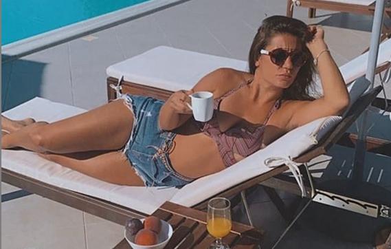 Ирена Вељовска ужива на море во Албанија како да е жена на султанот: Секси чочек, мини стриптиз, па сосе алишта во базенот (ФОТО)