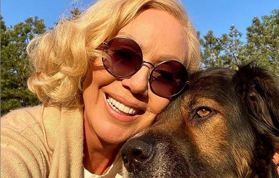 Кучето на Лепа Брена го искасало нејзиниот популарен колега: Фолкерот и дошол на гости, па искасан завршил на лекар!