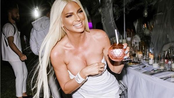Јелена Карлеуша со голо меѓуножје и подигнат среден прст: Пејачката покажа и колку секси изгледа и како се чувствува! (ФОТО)