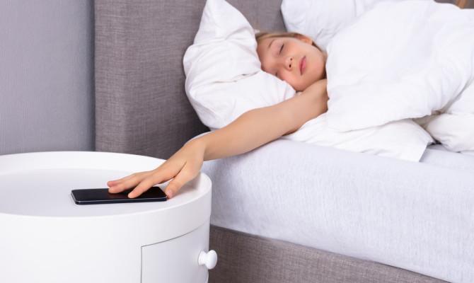 Дали и вас ве буди секое утро алармот на телефонот? Да, практично е, но има многу негативни страни!