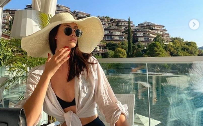 Црно минијатурно бикини врежано во нејзините облини: Разголените фотографии на младата македонска пејачка Барбара како шлаг за крај на летото (фото)