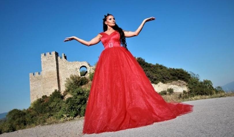 Моќно во црвено: Сузана Гавазова направи уникатна фотосесија со ќерките за Денот на независноста (фото)