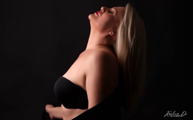 """Бујна и расцутена: Ирена Спасовска не пее поради короната ама затоа """"чести"""" со топлес еротика (фото)"""
