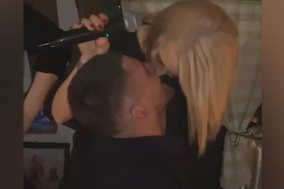 Познат идентитетот на мажот со кого Беквалац се бакнуваше во јавност, а од неа е помлад 11 години (фото)