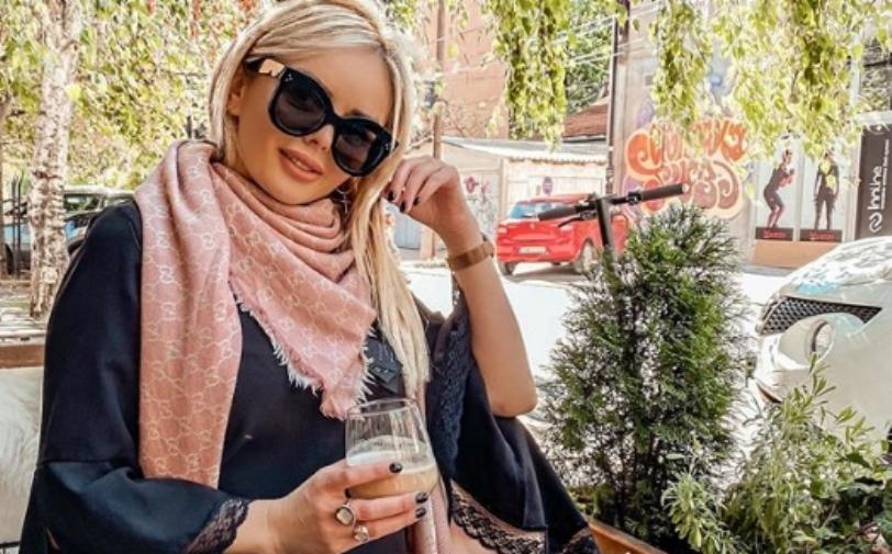 Елена Стефановска ги освои дамите облечена во впечатлив фустан со деколте до папок (фото)