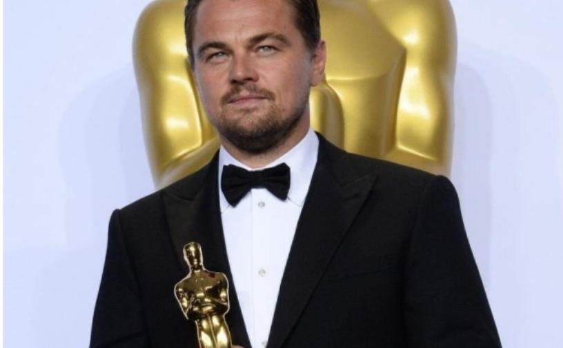 """Леонардо Ди Каприо веќе не е заводникот кој го знаеме: Актерот со вишок килограми """"уловен"""" на плажа (фото)"""