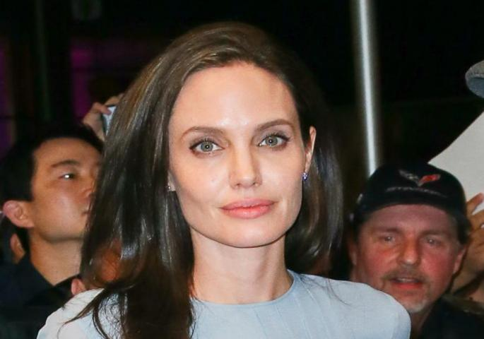 Анџелина Џоли е во врска со другар на Бред Пит кој се уништи со пластични операции?