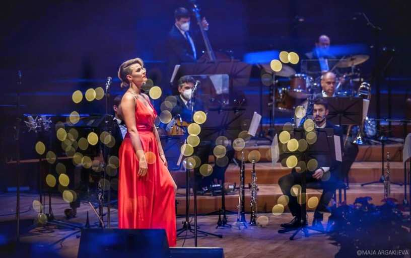 Секси во црвено: Сара Мејс изгледаше магично на новогодишниот концерт со Македонска филхармонија (фото+видео)