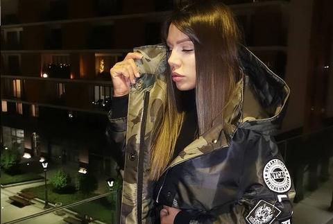 """Сандра Африка гола до половина со """"топлес порака"""" до обожавателите (ФОТО)"""