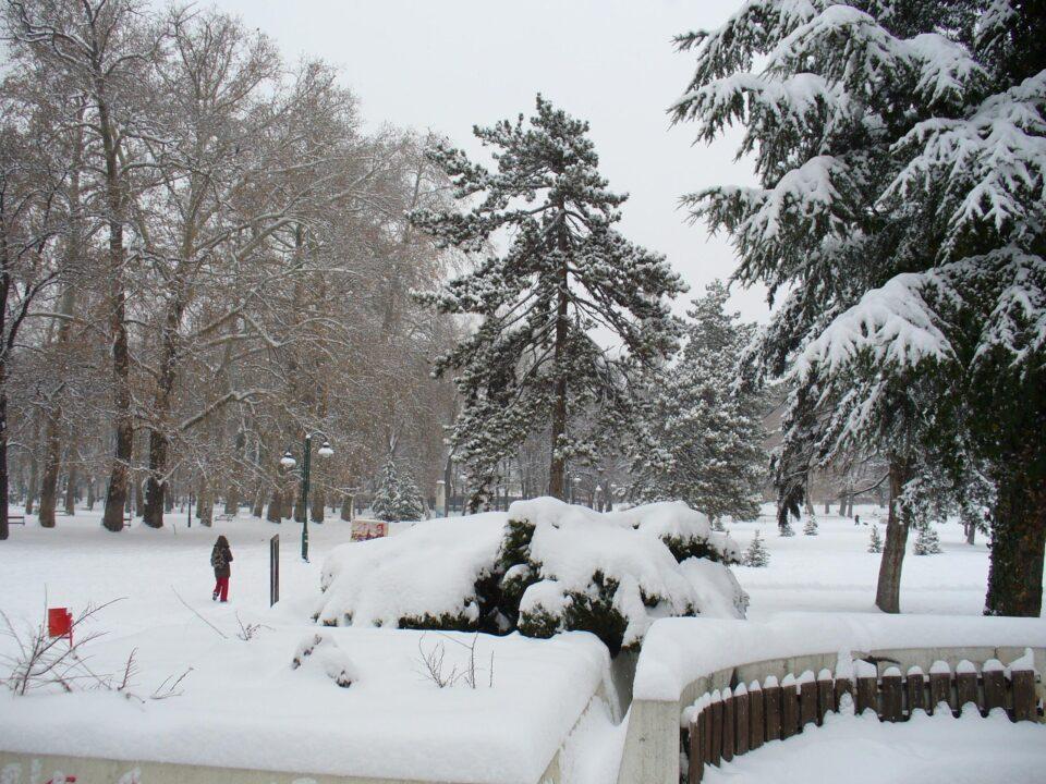 Времето до среда студено и ведро, а за во четврток подгответе се – ќе има снег!