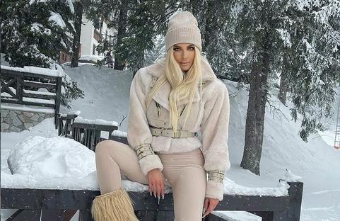 Ниту студот, ниту снегот не и можат ништо: Погледнете Карлеуша каков секси стајлинг има и среде зима! (ФОТО)