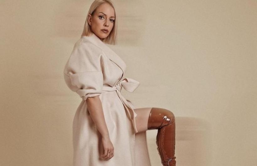 Тамара Тодевска позираше со голи гради, а пупките ги покриваа трегери (фото)