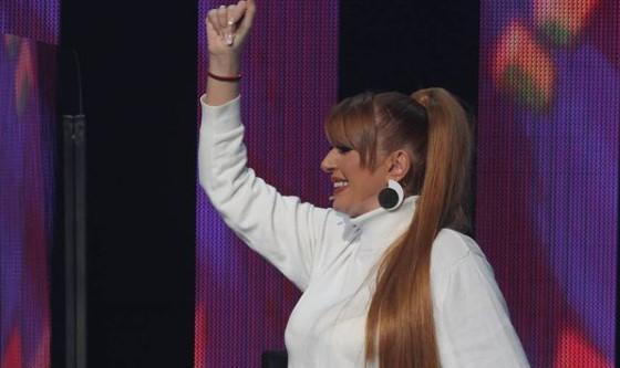 """Марија Шерифовиќ сакаше да се пошегува со Вики Миљковиќ во """"Ѕвездите на Гранд"""", па и донесе кученце над глава – еве како реагираше пејачката (видео)"""