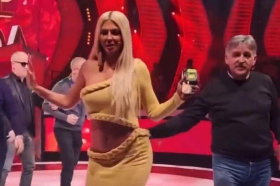 """Скандал: Босанац на снимањето на """"Ѕвездите на Гранд"""" ја погали Карлеуша за разголениот задник, па си го доби… (ВИДЕО)"""