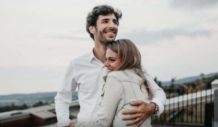 3 ситуации кога на мажот му е дозволено да ја излаже жената – дури е и пожелно!