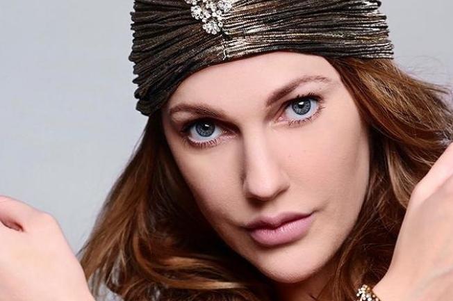 Свети мајчинска љубов во нејзините очи: Турската актерка попозната како Хурем Султан позираше со двете наследнички (фото)