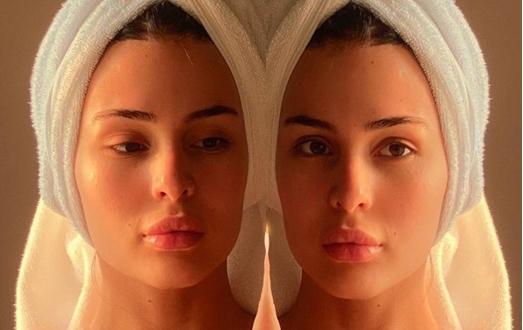 Ќерката на Цеца со жешко селфи од Малдиви:  Анастасија разголена без градник, само по раскопчана бањарка пред огледало (ФОТО)