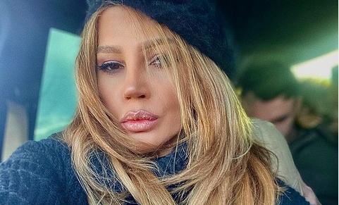 """Бугарската пејачка во проѕирна секси долна облека: Есил Дјуран покажа што е тоа """"андроген стил"""" (ФОТО)"""