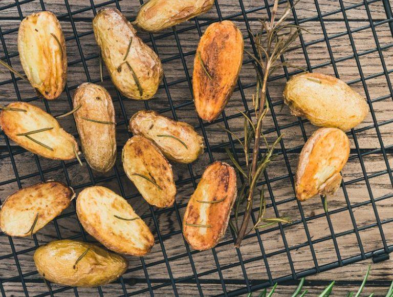 Со вкус на пармезан: Најлесен рецепт за крцкав печен компир