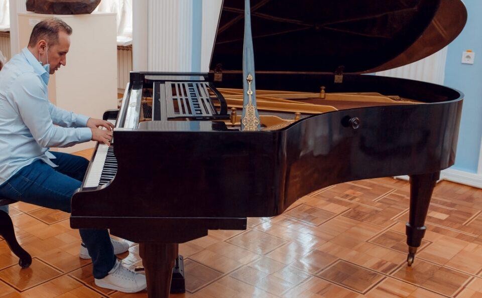 """Симон Трпчески со одбрана екипа снима албум во студиото """"М1"""" на МРТ"""