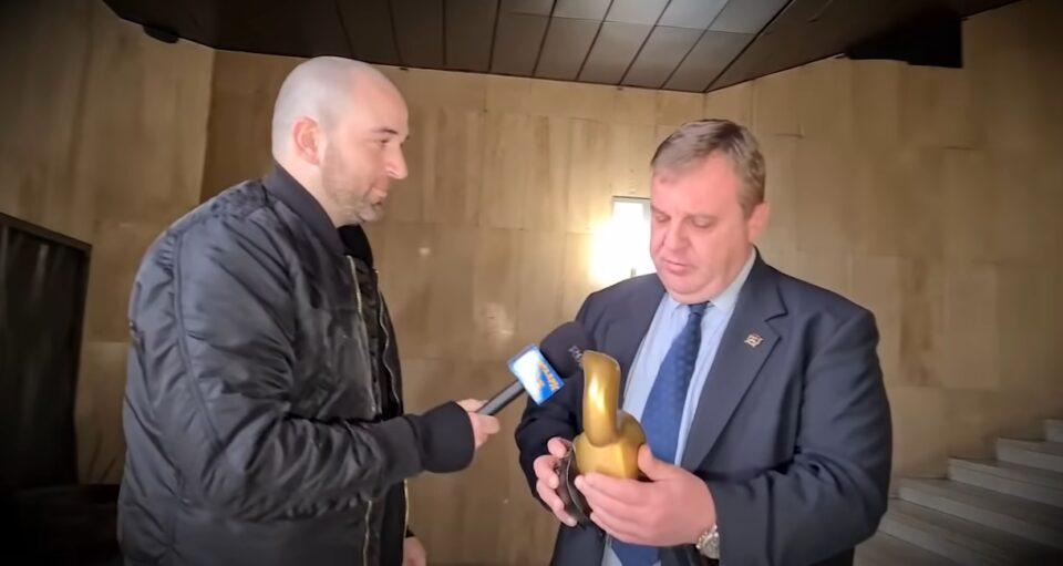 """Каракачанов го начекаа во тесно: Краси доби """"Златен твор"""" – награда за лузер на годината (ВИДЕО)"""