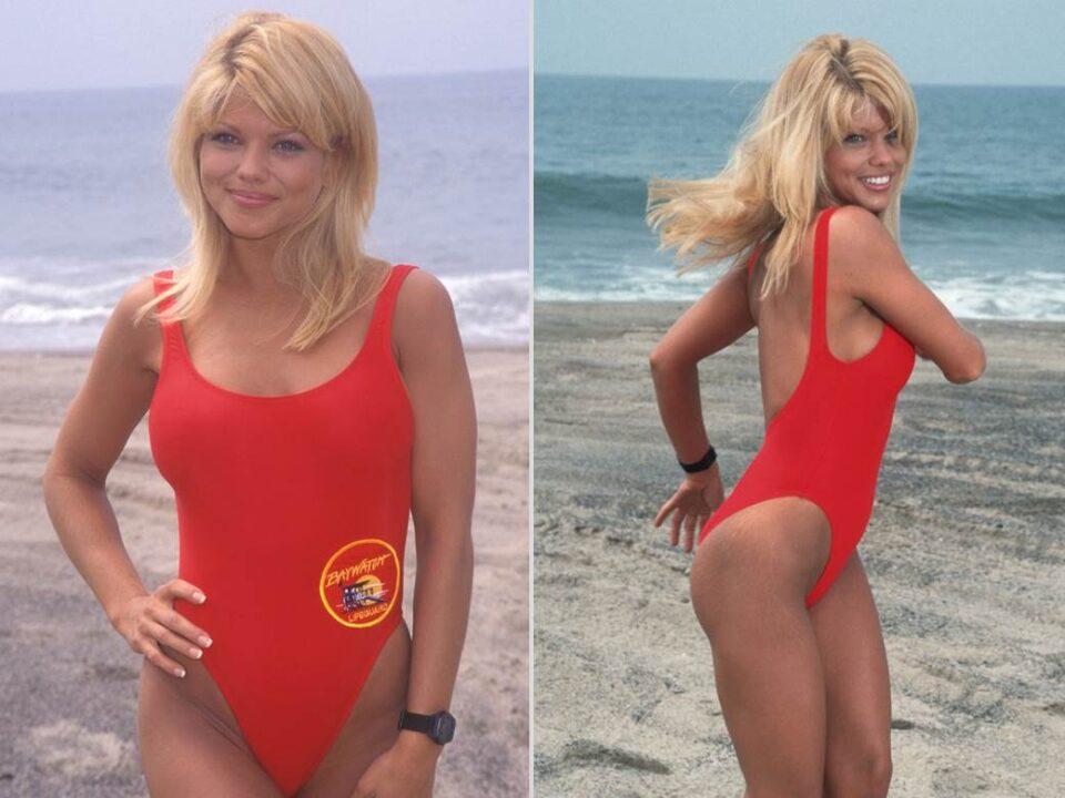 """Како подмладена, а не остарена: Убавицата од """"Чувари на плажа"""" грми во бикини и на 53 години (фото)"""