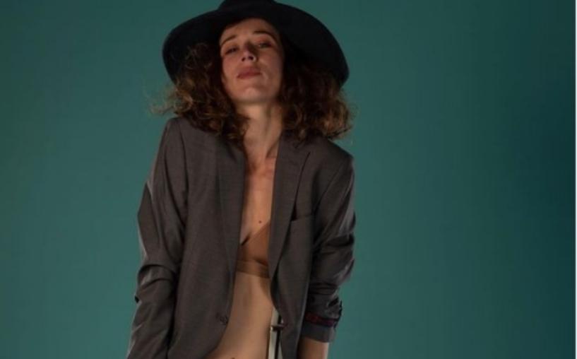 Актерката Ана Стојановска во топлес издание од гардеробата – уметничко разголување во боја (фото)