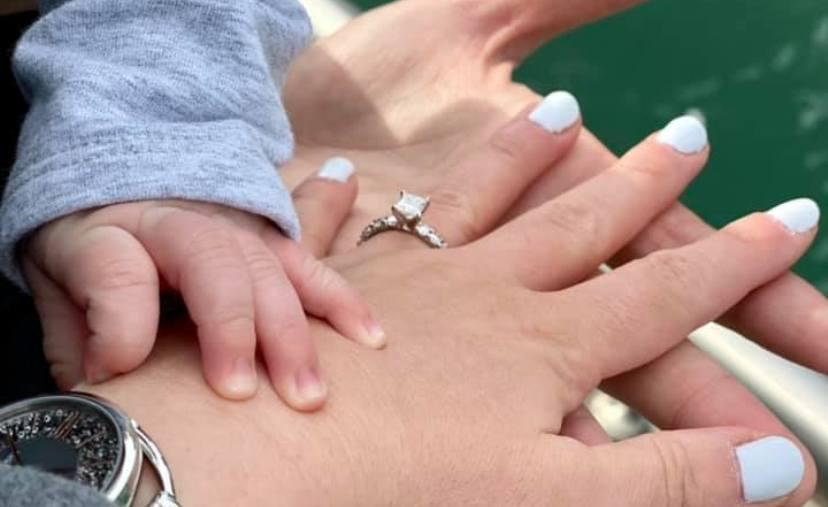 Поранешната македонска водителка неодамна се породи, а сега се пофали и со свршенички прстен (фото)