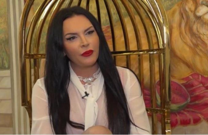 """Електра Елит во Србија работи како пејачка, а во Швајцарија како елитна проститутка: """"Работниците од фабрика земаа кредит за бидат интимни со мене"""" (ФОТО)"""