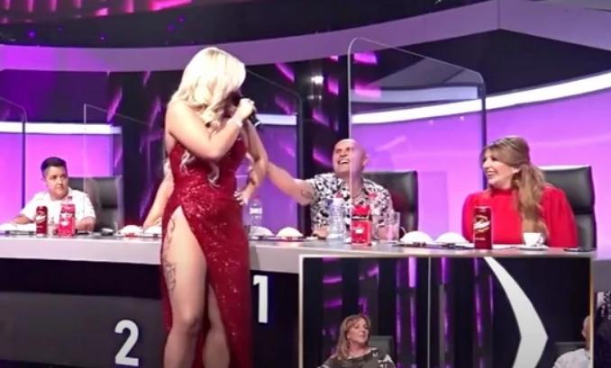 """Учесничката во """"Ѕвездите на Гранд"""" му играше на Мили додека пееше, му седна пултот, па и ѕирнаа гаќичките од длабокиот шлиц (ВИДЕО)"""