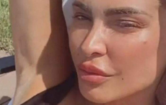 Сопругата на фудбалерот испружена покрај базенот во секси костим закапење: Провокација од 500 евра (ФОТО)