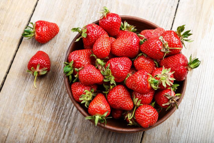 Не ги фрлајте дршките од јагодите, не сте ни свесни колку се добри за здравјето: Еве како да ги искористите