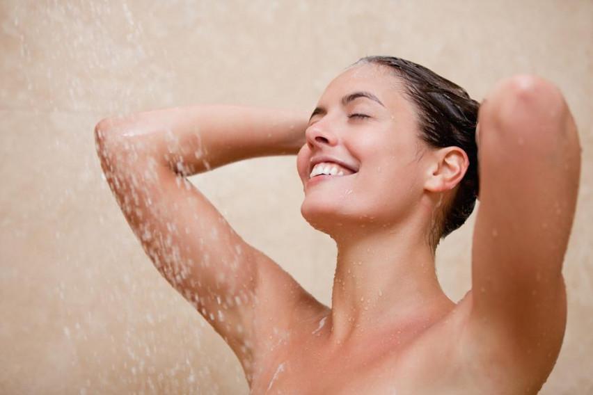 Туширањето наутро со топла вода има повеќе штета отколку корист: Голема грешка која влијае на целиот ден!